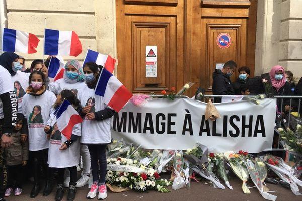 Plus de 2 500 personnes se sont réunies lors d'une marche blanche en hommage à Alisha ce dimanche.