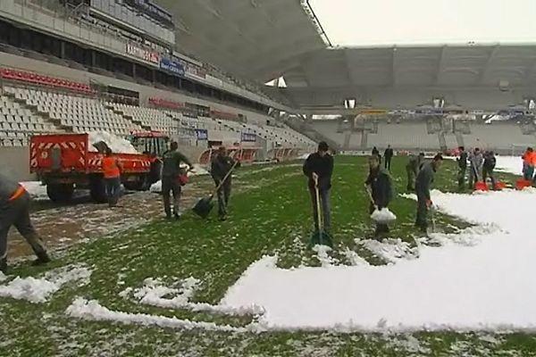 Les employés municipaux enlèvent la neige tombée sur la pelouse du stade Auguste Delaune. Ils y installeront une bâche en attendant la prochaine rencontre de ce we.