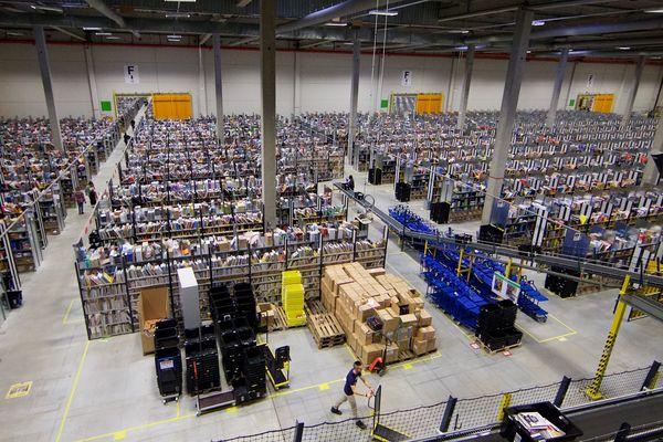 Les rayonnages de l'entrepôt Amazon de Lauwin-Planque en 2016.