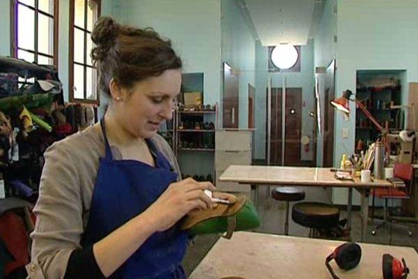 Clémence Nerbusson dans son atelier. Dans ses mains, l'une des chaussures qu'elle portera le 8 mars à l'Elysée.