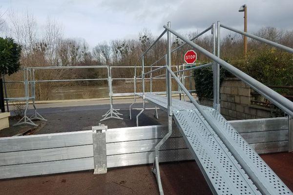 Des échafaudages ont été disposés tout le long des rues concernées par la montée des eaux, à Noisy-le-Grand.