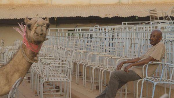 Ibrahim et l'un des habitués du cinéma en plein air désaffecté.