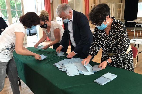 Le dépouillement à Bar-le-Duc (Meuse) pour le second tour des élections départementales.