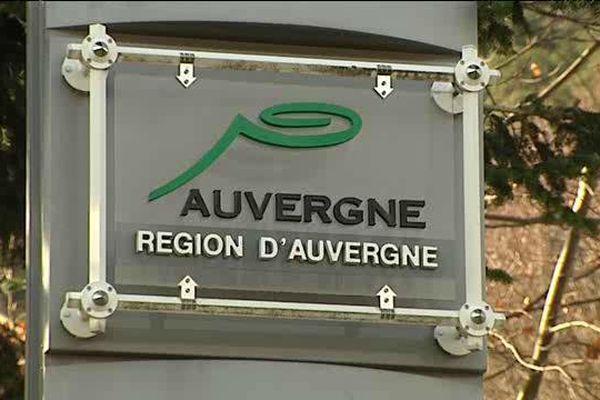Les panneaux portant le logo de la région Auvergne vont perdurer un certain temps, car la nouvelle région a jusqu'au 1er juillet pour choisir son nom définitif.