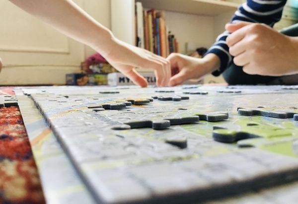 Grâce à la réalisation de puzzles, l'enfant peut développer sa capacité logique et son ingéniosité. C'est-à-dire la capacité d'analyser et de résoudre des problèmes.