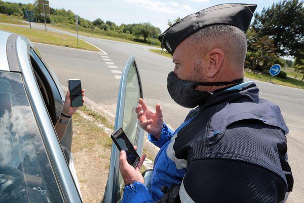 Des contrôles routiers, comme ici à Combrit (29), pour vérifier si la limitation des 100 kilomètres est bien respectée alors que l'épidémie de coronavirus est toujours en cours