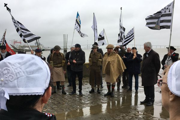 Chaque 28 mars, les associations bretonnes de Saint-Nazaire organisent une cérémonie au Vieux Môle, là où les soldats du commando britannique ont mis pied à terre sous le feu allemand
