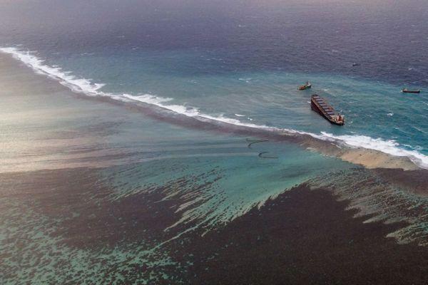 Déjà 1000 tonnes de carburant transportées par le Wakashio se sont déversées dans l'océan Indien.
