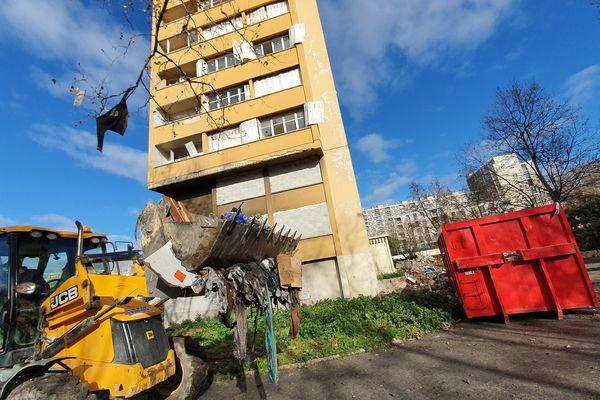 Les engins de chantier ont été mis à disposition par des entreprises partenaires de l'opération