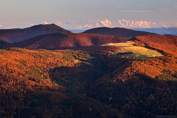Le Grand Ballon d'Alsace et, plus loin, les Alpes.