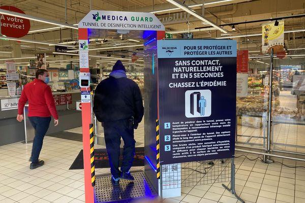 Un tunnel de désinfection a été installé à l'entrée du supermarché Auchan à Val-de-Reuil.