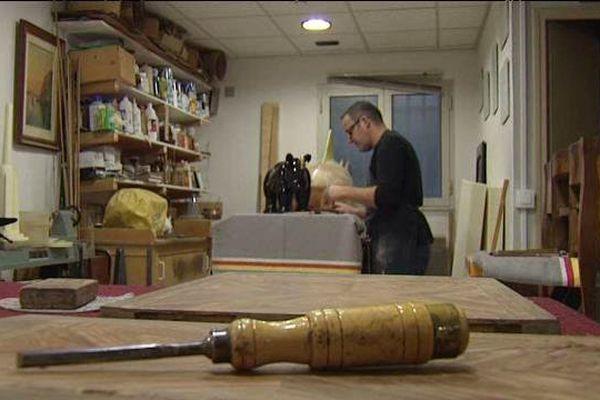 A Cagnes-sur-mer, Bertrand Boutin ressuscite les vieux meubles.