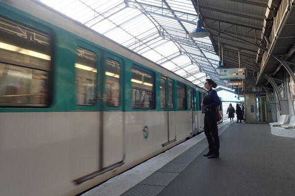La ligne 6 du métro parisien sera fermée totalement pendant les 2 prochains étés entre Montparnasse et Trocadéro.