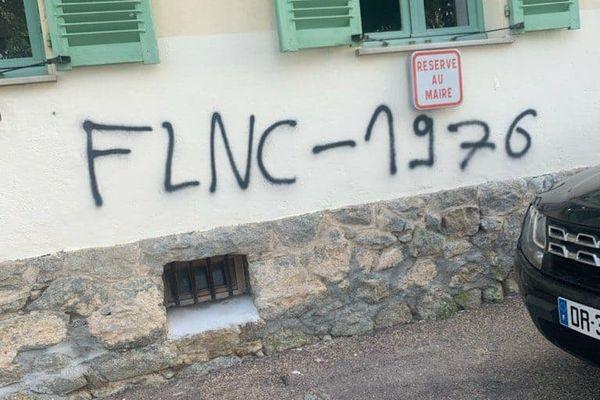 Les tags réclamant le départ du préfet font également référence au Front de Libération Nationale Corse.