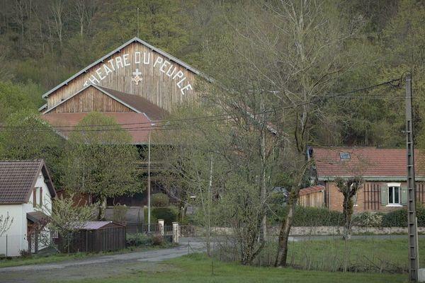 Visible depuis de nombreux points, le Théâtre du Peuple est comme un phare au coeur de la vallée.