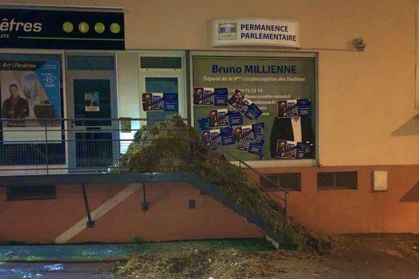 A Maule, la permanence de Bruno Millienne, député Modem de la 9ème circonscription des Yvelines, cible des agriculteurs en colère, le 23 janvier 2019.