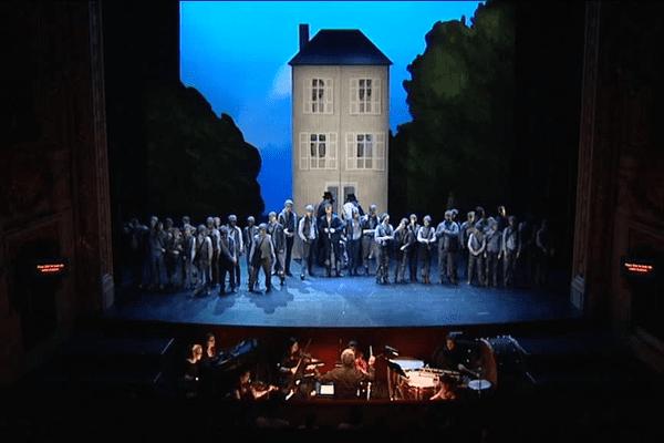 """Une scène du """"Petit ramoneur"""" de Benjamin Britten sur la scène de l'Opéra de Rennes"""