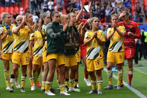 Les Australiennes, déçues, saluent leurs supporters venus de loin.