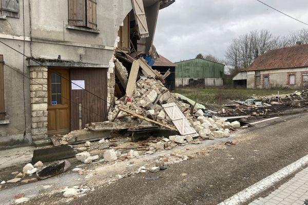 La façade de la maison s'est littéralement effondrée.