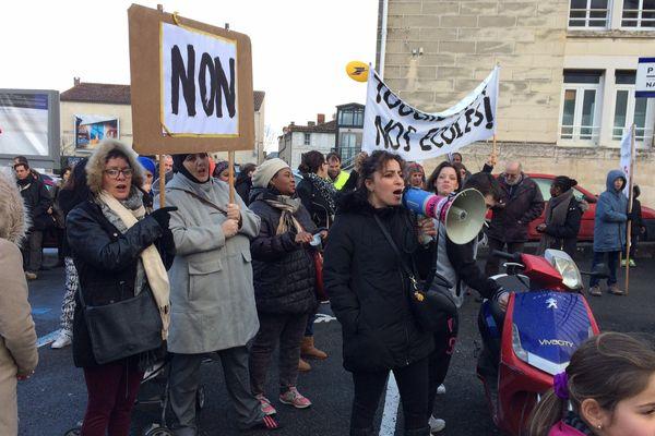 La manifestation des parents d'élèves et enseignants devant l'inspection académique de Charente ce matin.