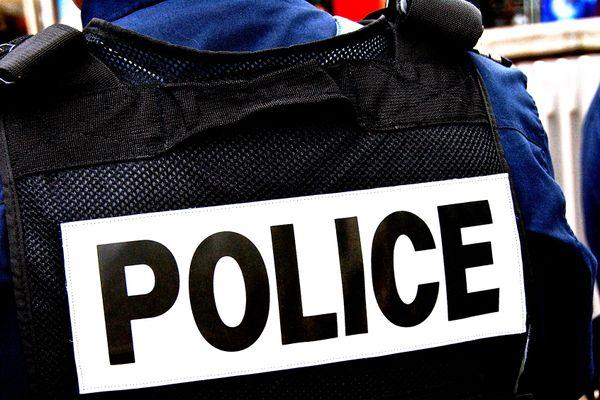 Deux personnes ont été gravement blessées par des tirs de policiers à Stains (Seine-Saint-Denis) dans la nuit de dimanche à lundi .