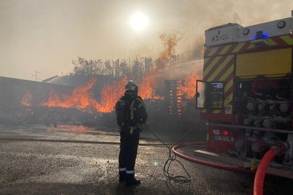 Gard : un stock de palettes en feu menace une cuve de gazole à Bellegarde - 23 février 2021.