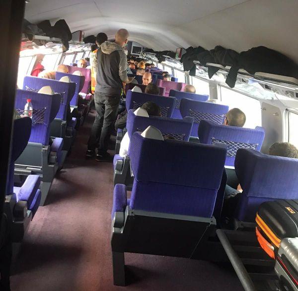 L'intérieur d'une voiture du TGV accidenté