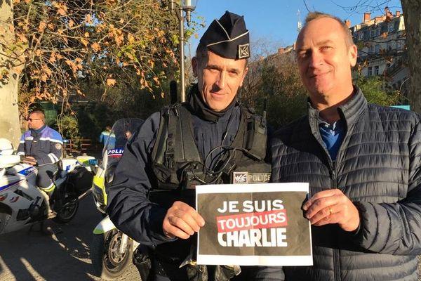 A Montpellier, Le commissaire Buil (le chef de la sûreté départementale de l'Hérault) et Laurent Poulain (le président de l'association Laïcité 30) ont tenu à rendre hommage ensemble, aux victimes de l'attentat contre Charlie Hebdo, en 2015.
