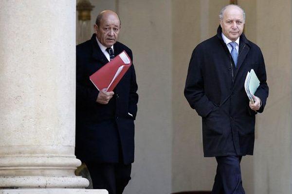 Jean-Yves Le Drian, ministre de la Défense, et Laurent Fabius, ministre des affaires étrangères.