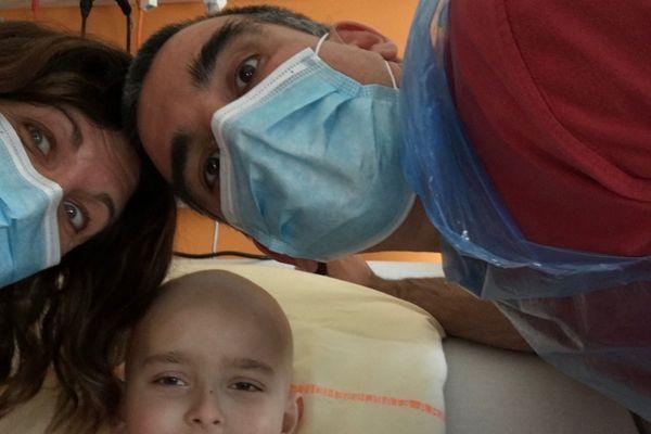 Ruben, 6 ans  entouré de ses parents pour vaincre la leucémie