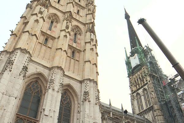La flèche de la cathédrale de Rouen s'élève à 151 mètres de haut. Elle remonte à 1876.La flèche de la Renaissance a été foudroyée en 1822.