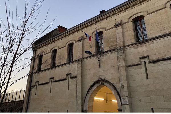 Lors de leur évasion dans la nuit du 26 au 27 février, les deux détenus sont sortis du côté de la façade principale qui donne sur la rue.