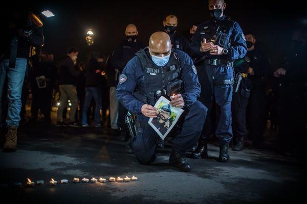 Une centaine de policiers ont rendu hommage à Éric Masson, dimanche 9 mai 2021 sur les Champs-Élysées. (©Christophe Petit Tesson/MAXPPP)