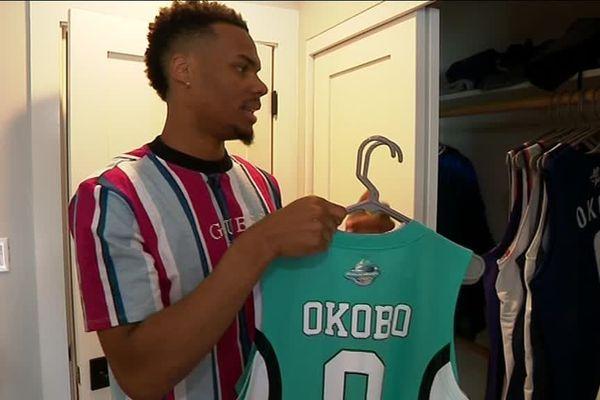 Elie Okobo garde chez lui à Phoenix tous les maillots qui ont marqué sa carrière dont celui de l'Elan béarnais où il a été formé.