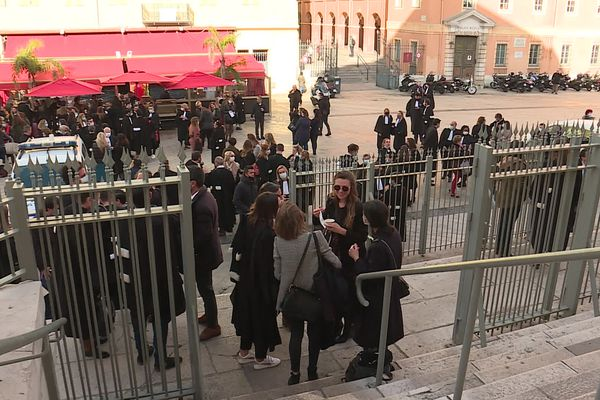 Les avocats venus en nombre ce vendredi matin devant les grilles du palais de justice de Nice.