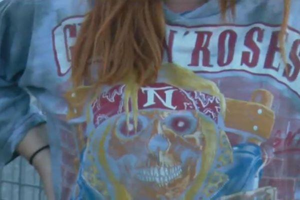 Bandana, cheveux longs et t-shirt à l'effigie du groupe, c'est l'uniforme des fans des Guns N'Roses en concert au stade Matmut Atlantiques à Bordeaux