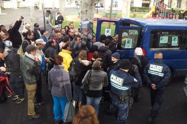 La distribution a eu lieu Place Aristide Briand