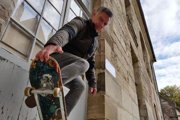 """A 61 ans, Thierry Dupin skate encore """"ponctuellement"""" : """"C'est comme le vélo, ça ne se perd pas""""."""