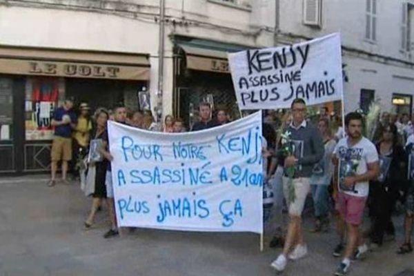 Environ 250 personnes ont marché dans les rues de La Rochelle ce samedi soir pour rendre hommage à Kenjy.