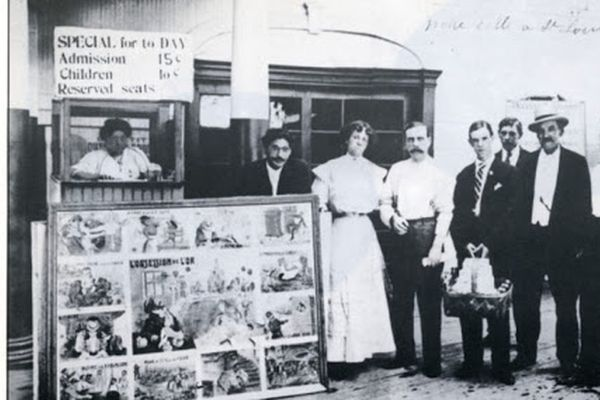 Marie de Kerstrat, derrière la caisse de son cinéma à Saint-Louis en 1908. Henry, son fils, est le 5e à partir de la droite