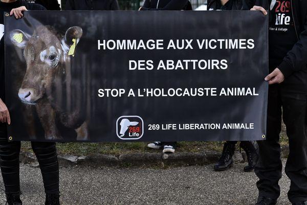 MANIF DE L'ASSOCIATION 269 LIFE LIBERATION ANIMALE DEVANT LES ABATTOIRS DE LA TALAUDIERE en septembre 2017