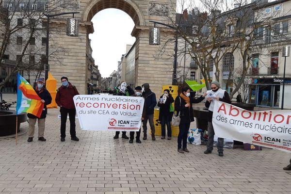La quinzaine de manifestants a manifesté pendant près d'une heure sur la place Darcy, à Dijon.