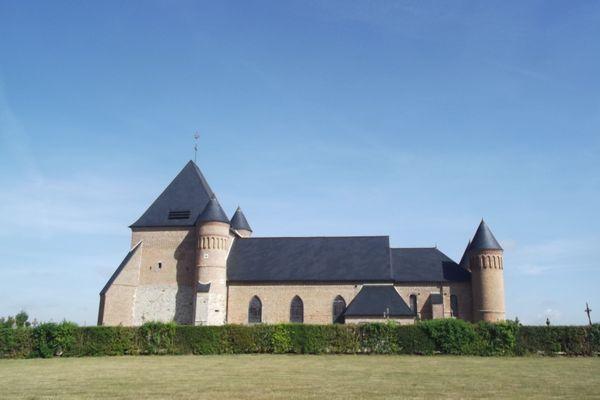 L'église fortifiée de Flavigny-le-Grand-Beaurain (Aisne) est particulière : elle a été bâtie en rase campagne, à mi-chemin entre les bourgs de Flavigny et Beaurain.