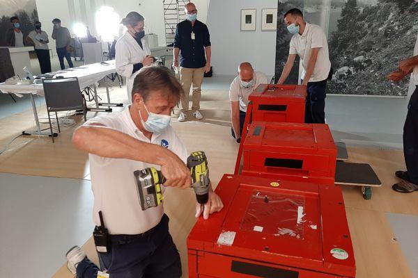 Arrivage d'œuvres de Giacometti dans des caissons sécurisés au Grimaldi forum de Monaco