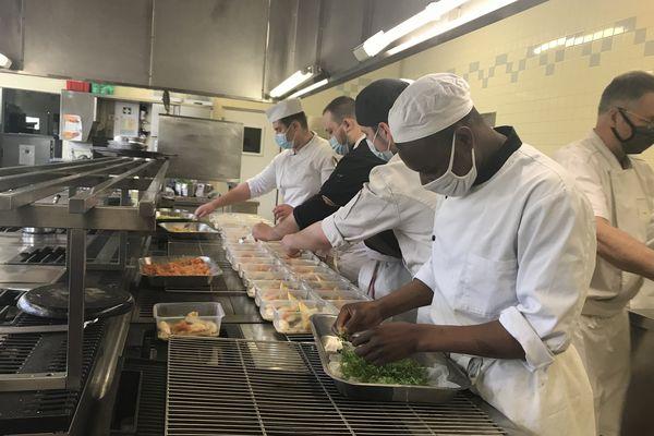 Les apprentis cuisiniers du CFA terminent le dressage des plats qu'ils vont distribuer aux étudiants en difficulté de Blois