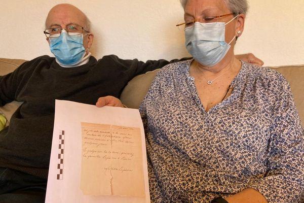 Jacques et Hélène Lefebvre, avec la lettre écrite du Titanic par leur aïeule.