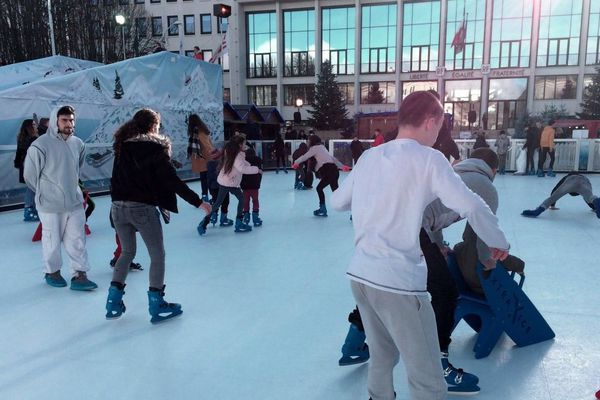 La patinoire de Noël est installée place de la mairie à Saint-Nazaire pour les fêtes