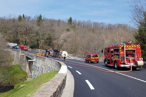 Le camion s'est couché sur le côté au niveau du pont de la Varogne.
