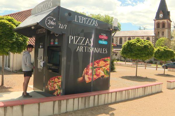 A Chelle-Debat, ce distributeur de pizzas artisanales installé depuis 3 semaines a déjà beaucoup de succès.