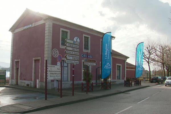 En 2024 les gares de Cruas, le Pouzin et le Teil devraient être desservies par la SNCF pour le plus grand bonheur des voyageurs ardéchois qui attendent les premiers coups de pioche pour y croire.